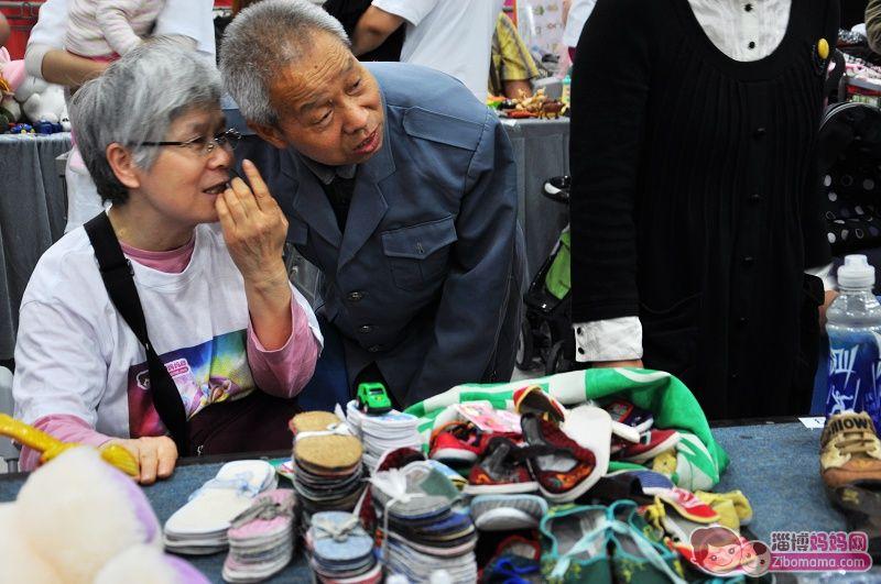 帅哥 蓝衣/又看到这对有爱的老爷爷老奶奶了,他们带着自己亲手DIY的小布鞋...