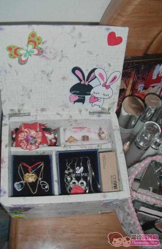面贴的壁纸和小贴画是昨天在义乌买的,加上锯条、砂纸胶水等成本不